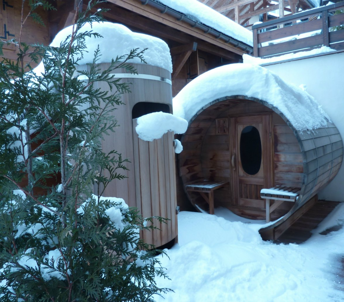 Red cedar shower and a round shape sauna